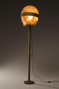 Een armatuur gemaakt van jute en hout. Ik heb bij deze opdracht nieuwe technieken gebruikt voor het maken van de lampenkap.