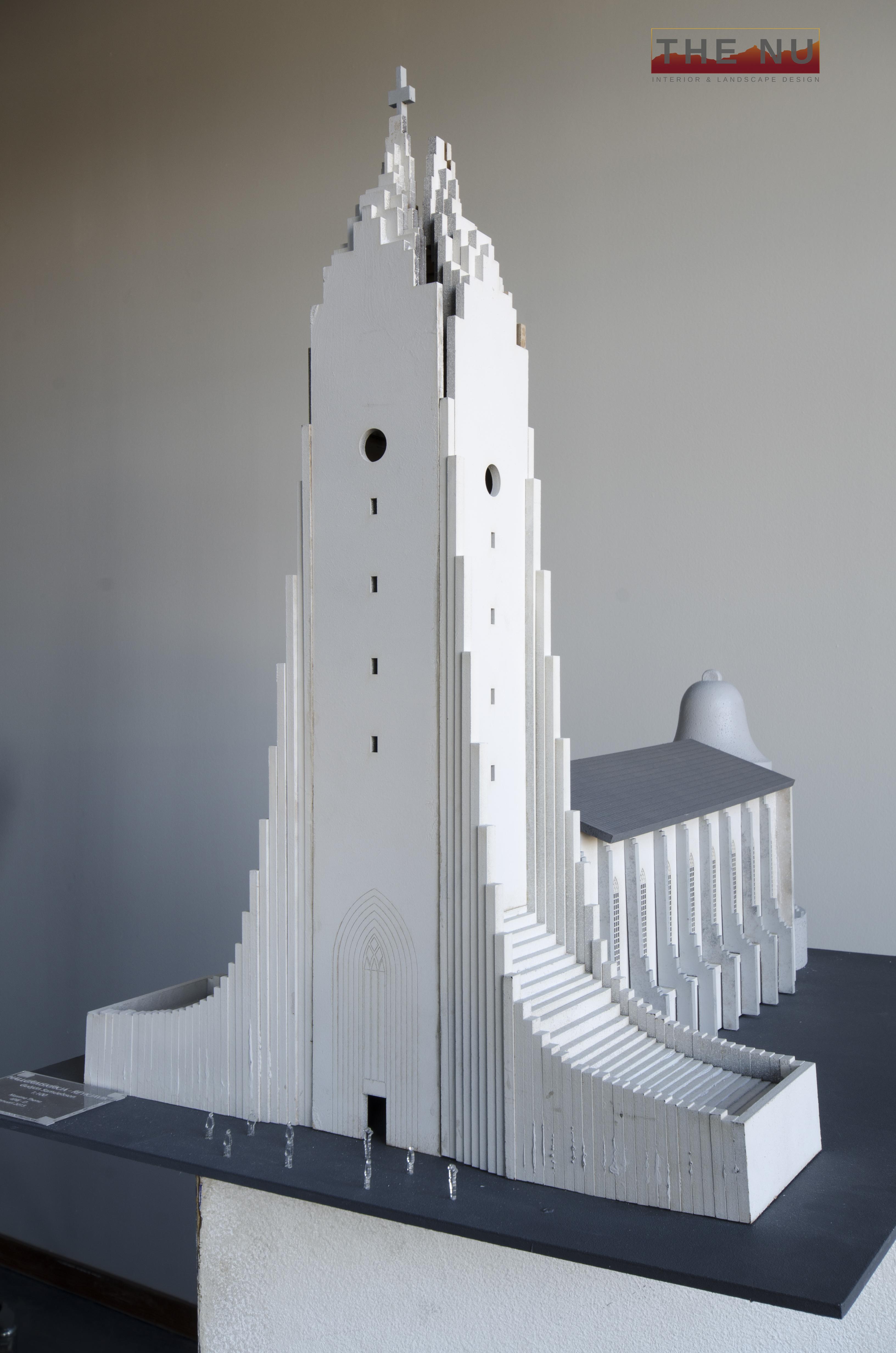 Een zelf gekozen gebouw dat ergens op de wereld te vinden was. De maquette is gemaakt van MDF en afgewerkt met verlichting voor een extra sfeereffect.